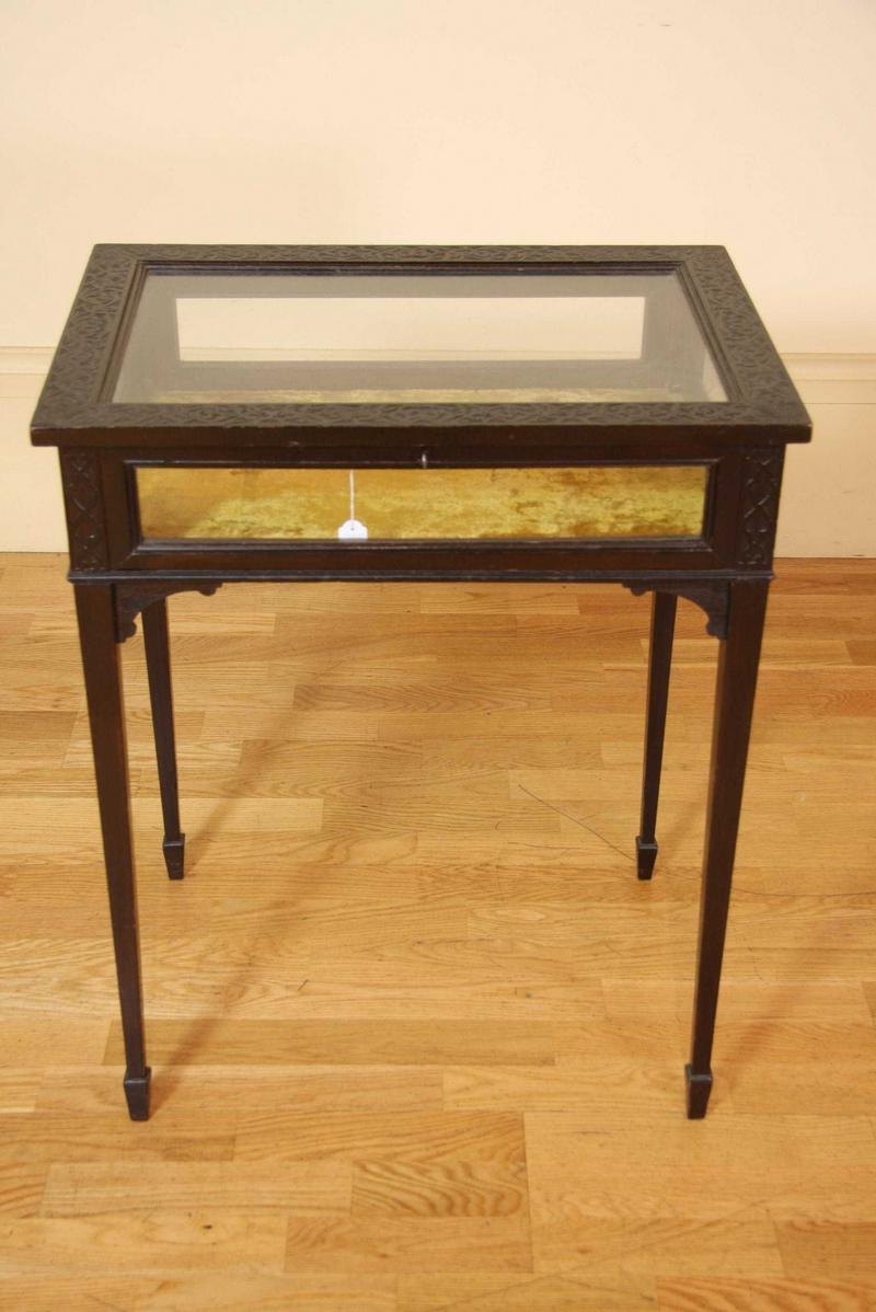 A table vitrine display case fine decorative arts for Table vitrine